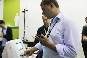 Peter Vessenes, dyrektor wykonawczy Fundacji Bitcoin, kupuje Bitcoiny gotówką przy prototypu Lamassu Ventures Bitcoin ATM.